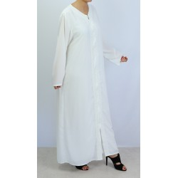 Long and loose white abaya with embroidery and zip opening on the front