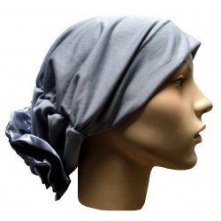 Hat in satin fabric with large flower (light gray)
