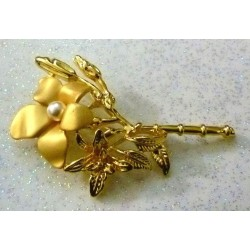 Golden Hijab brooch in the shape of a flower with pearl in the middle