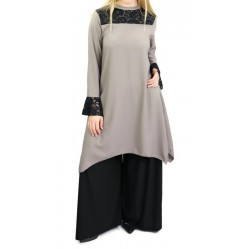 Loose tunic in taupe color with black lace